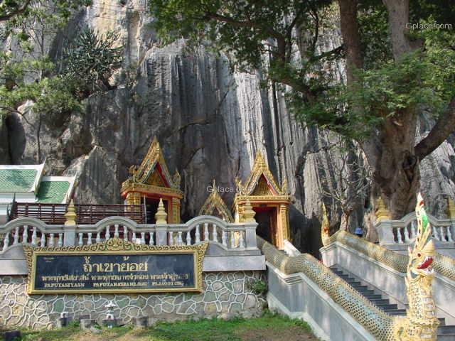 ถ้ำเขาย้อย ชมพระพุทธรูปใหญ่น้อยหลายปางประดิษฐานอยู่